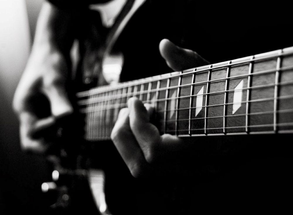 Elektro gitar eğitimine direkt olarak başlanabilir daha önce klasik